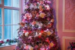 Árbol del Año Nuevo adornado en juguetes rosados Foto de archivo libre de regalías