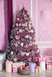 Árbol del Año Nuevo adornado en juguetes rosados Imágenes de archivo libres de regalías