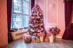Árbol del Año Nuevo adornado en juguetes rosados Imagen de archivo