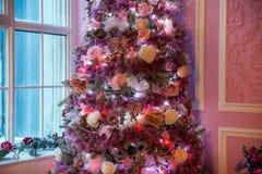 Árbol del Año Nuevo adornado en juguetes rosados Imagen de archivo libre de regalías