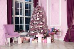 Árbol del Año Nuevo adornado en juguetes rosados Fotos de archivo libres de regalías