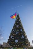 Árbol del Año Nuevo con la bandera en Krasnodar el día soleado Imagenes de archivo