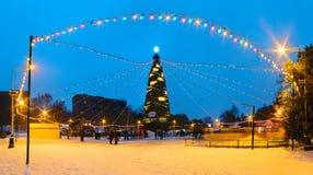 Árbol del Año Nuevo con la iluminación iluminada por la tarde Fotos de archivo libres de regalías