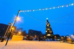 Árbol del Año Nuevo con la iluminación iluminada por la tarde Foto de archivo libre de regalías