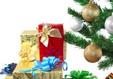 Árbol del Año Nuevo con las cajas de regalo Imagen de archivo