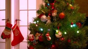 Árbol del Año Nuevo con las luces brillantes almacen de metraje de vídeo