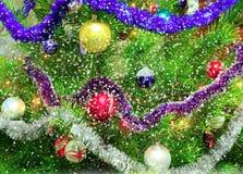 Árbol del Año Nuevo con los copos de nieve que caen Imagen de archivo