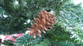 Árbol del Año Nuevo con los juguetes/el terrón hermoso en el árbol de navidad/ Foto de archivo libre de regalías