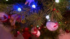 Árbol del Año Nuevo con los juguetes y las luces del centelleo almacen de metraje de vídeo