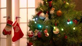 Árbol del Año Nuevo con los juguetes y las luces hermosos almacen de metraje de vídeo