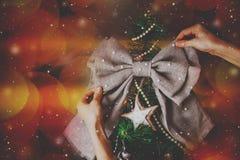 Árbol del Año Nuevo de la Navidad con el arco Fotografía de archivo libre de regalías