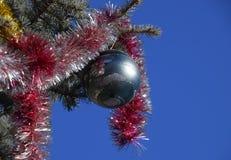 Árbol del Año Nuevo de las decoraciones La malla y los juguetes, las bolas y el otro deco Fotos de archivo