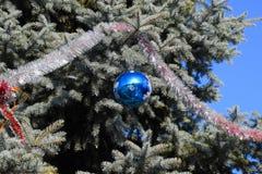 Árbol del Año Nuevo de las decoraciones Malla y juguetes, bolas y otras decoraciones en el árbol de navidad de la Navidad que se  Imagen de archivo libre de regalías
