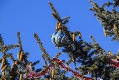 Árbol del Año Nuevo de las decoraciones Malla y juguetes, bolas y otras decoraciones en el árbol de navidad de la Navidad que se  Imágenes de archivo libres de regalías