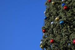 Árbol del Año Nuevo de las decoraciones Malla y juguetes, bolas y otras decoraciones en el árbol de navidad de la Navidad que se  Fotografía de archivo libre de regalías
