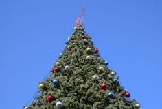 Árbol del Año Nuevo de las decoraciones Malla y juguetes, bolas y otras decoraciones en el árbol de navidad de la Navidad que se  Fotos de archivo libres de regalías