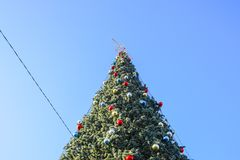Árbol del Año Nuevo de las decoraciones Malla y juguetes, bolas y otras decoraciones en el árbol de navidad de la Navidad que se  Fotografía de archivo