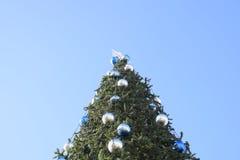 Árbol del Año Nuevo de las decoraciones Malla y juguetes, bolas y otras decoraciones en el árbol de navidad de la Navidad que se  Foto de archivo libre de regalías