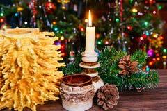 árbol del Año Nuevo de los sakotis y vela de la Feliz Navidad Fotografía de archivo