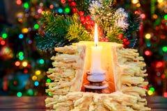 árbol del Año Nuevo de los sakotis y vela de la Feliz Navidad Foto de archivo libre de regalías