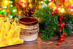 árbol del Año Nuevo de los sakotis y vela de la Feliz Navidad Imagenes de archivo