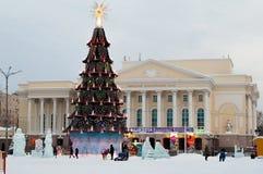 Árbol del Año Nuevo en el cuadrado delante del teatro del drama de Tyumen Fotos de archivo
