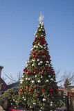 Árbol del Año Nuevo en Krasnodar el día soleado Imágenes de archivo libres de regalías