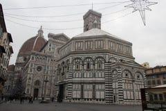 Árbol del Año Nuevo en Piazza del Duomo, Duomo Santa Maria del Fiore y baptisterio de San Juan Florencia, Italia Fotografía de archivo libre de regalías