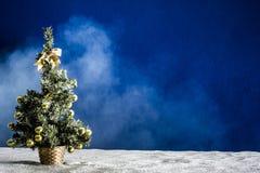 Árbol del Año Nuevo en un fondo azul con niebla Foto de archivo libre de regalías