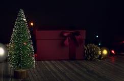 Árbol del Año Nuevo en un fondo oscuro imagen de archivo