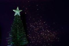 Árbol del Año Nuevo en una oscuridad, magia, fondo defocused con gli Fotos de archivo libres de regalías
