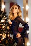 Árbol del Año Nuevo del fondo de la Navidad de la mujer de la moda de la belleza Muchacha atractiva del estilo de Vogue Hembra ma Imagen de archivo