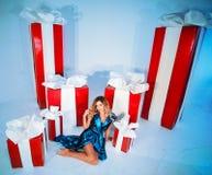 Árbol del Año Nuevo del fondo de la Navidad de la mujer de la moda de la belleza Muchacha atractiva del estilo de Vogue Hembra ma Imagenes de archivo