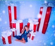 Árbol del Año Nuevo del fondo de la Navidad de la mujer de la moda de la belleza Muchacha atractiva del estilo de Vogue Hembra ma Imágenes de archivo libres de regalías