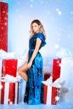 Árbol del Año Nuevo del fondo de la Navidad de la mujer de la moda de la belleza Muchacha atractiva del estilo de Vogue Hembra ma Fotos de archivo libres de regalías