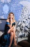 Árbol del Año Nuevo del fondo de la Navidad de la mujer de la moda de la belleza Muchacha atractiva del estilo de Vogue Hembra ma Foto de archivo
