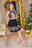 Árbol del Año Nuevo del fondo de la Navidad de la mujer de la moda de la belleza Muchacha atractiva del estilo de Vogue Hembra ma Fotografía de archivo libre de regalías
