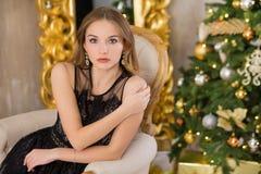 Árbol del Año Nuevo del fondo de la Navidad de la mujer de la moda de la belleza Muchacha atractiva del estilo de Vogue Hembra ma Fotos de archivo