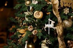 Árbol del Año Nuevo del vintage adornado Imagen de archivo libre de regalías