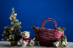 Árbol del Año Nuevo y cachorro de oso en la arena blanca y el fondo azul Imágenes de archivo libres de regalías