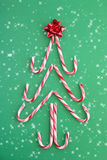 Árbol del bastón de caramelo en nieve Fotos de archivo libres de regalías