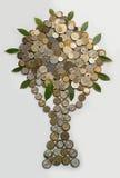 Árbol del dinero presentado en el fondo blanco de las monedas Imagen de archivo libre de regalías