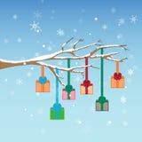 Árbol del invierno de la Navidad con los presentes Imagenes de archivo