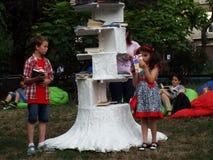 Árbol del libro, actividad al aire libre del verano Fotos de archivo libres de regalías