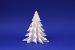 Árbol del Libro Blanco en árbol azul de la papiroflexia del fondo Imagenes de archivo