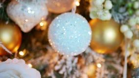 Árbol del oro del Año Nuevo adornado con los juguetes y las bolas metrajes