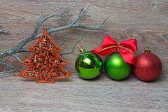 Árbol del pino del Año Nuevo con las bolas de Navidad Fotografía de archivo