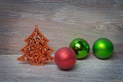 Árbol del pino del Año Nuevo con tres bolas de Navidad Foto de archivo