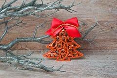 Árbol del pino del Año Nuevo en el fondo de madera Fotografía de archivo