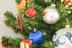 Árbol elegante del Año Nuevo y cielo azul para el fondo Imagen de archivo libre de regalías